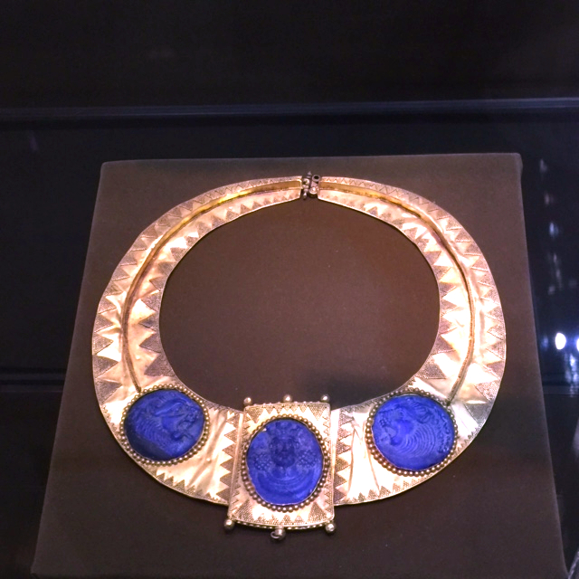 rotated Sasanian gold necklace with king and flanking lions carved in lapis lazuli 5th c